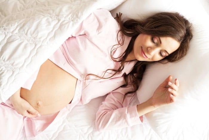 Dans quelle position dormir au début de la grossesse?